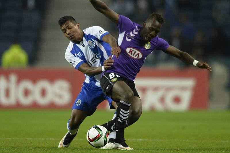 Alex Sandro em disputa de bola com Luis Advincula