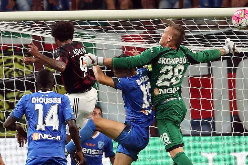 Luiz Adriano marca um golo pelo AC Milan frente ao Empoli