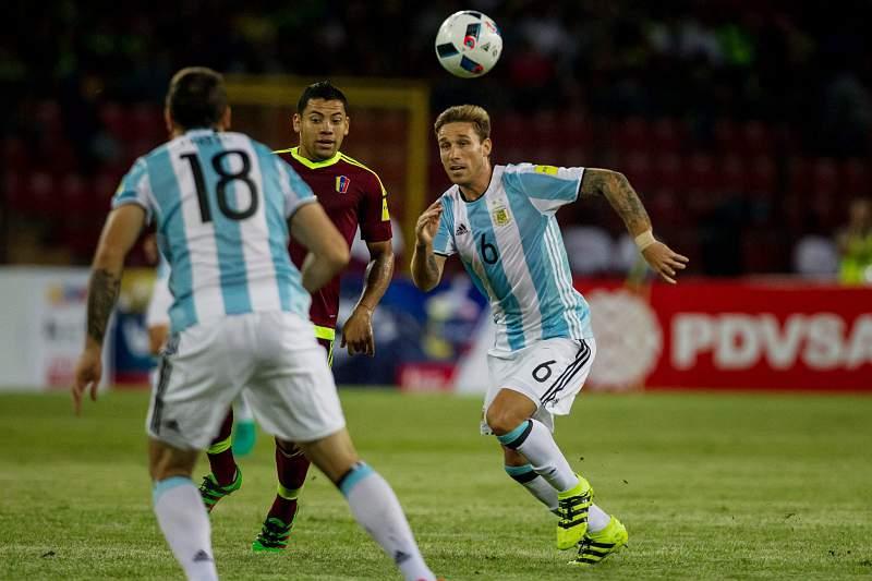 Arles Flores disputa uma bola com o argentino Lucas Biglia