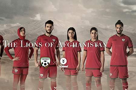 Novos equipamentos da seleção afegã, com véu islâmico para as mulheres