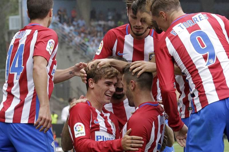 Antoine Griezmann celebra com Koke Resurreccion um golo do Atlético Madrid contra o Celta de Vigo