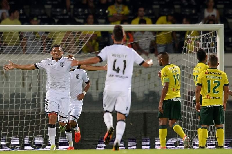 Soares (E) do Vitória de Guimarães festeja um golo contra o Paços de Ferreira