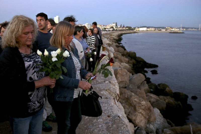 Familiares dos tripulantes do arrastão Olívia Ribau homenageiam pescadores mortos