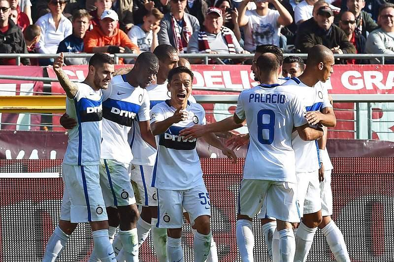 Geoffrey Kondogbia (2-E) celebra o golo do Inter
