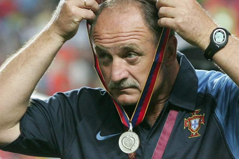 Luiz Felipe Scolari com a medalha do segundo lugar em 2004