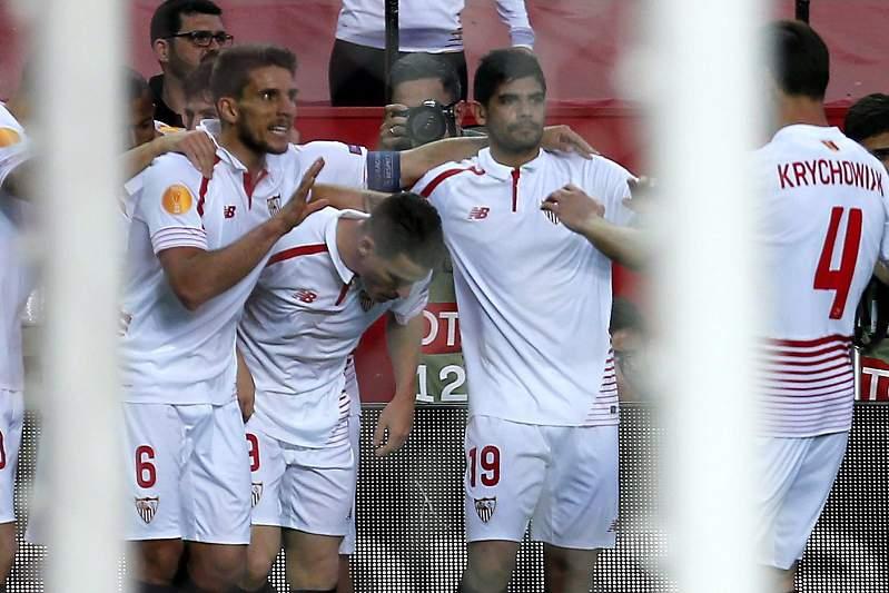 Jogadores do Sevilha festejam um golo contra o Shakhtar Donetsk