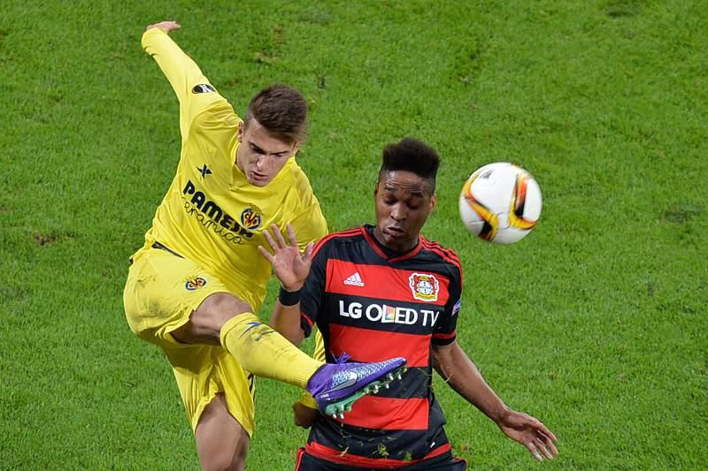 Wendell e Denis Suarez disputam uma bola durante o jogo entre Bayer Leverkusen e Villarreal