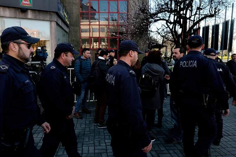 """Elementos da polícia fazem a segurança à porta do quartel dos Bombeiros Voluntários de Guimarães, onde decorre o julgamento dos 54 arguidos da """"Operação Fénix"""", em Guimarães"""
