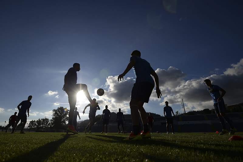 Jogadores do Olympiakos treinam em Arouca para o jogo da Liga Europa