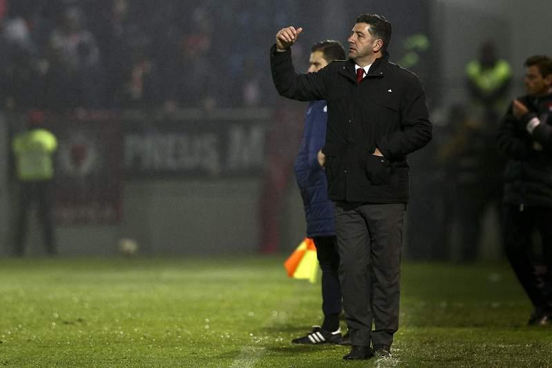 Rui Vitória dá indicações durante o jogo entre Feirense e Benfica