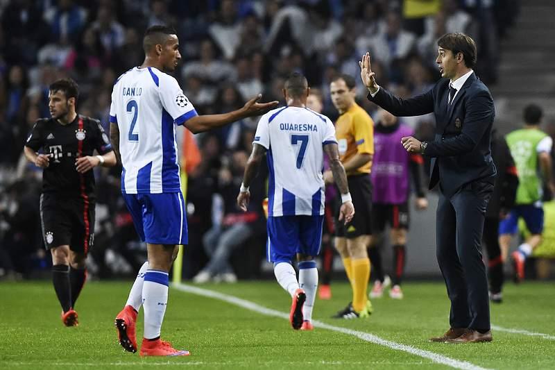 Danilo cumprimenta Lopetegui durante o jogo contra o Bayern Munique