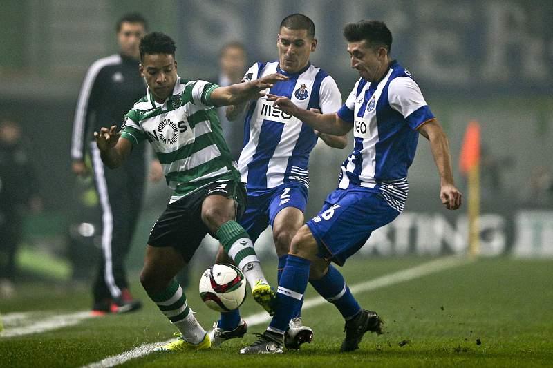 Matheus Pereira disputa a bola com Maxi Pereira e Herrera