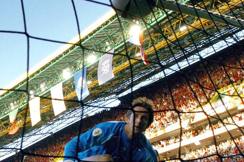 Em 2004, Edwin Van Der Sar foi buscar a bola ao fundo da baliza duas vez