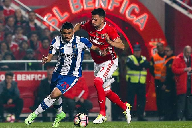 Samaris e Soares disputam bola