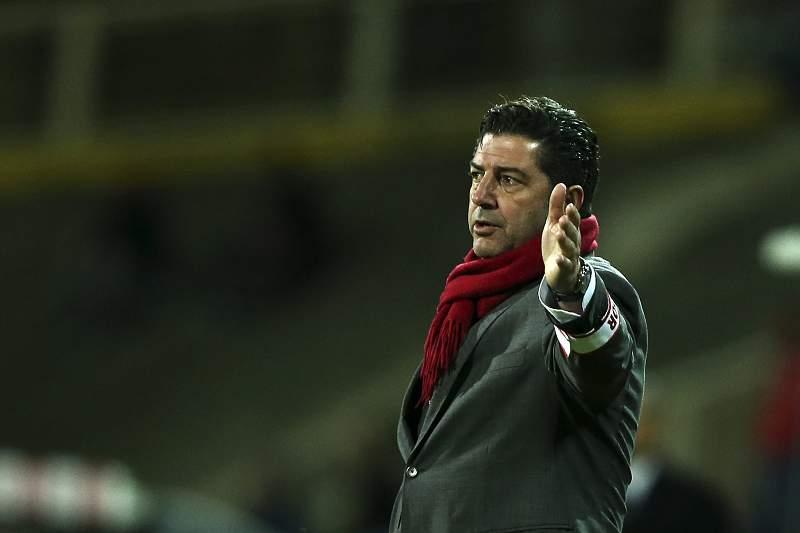 Rui Vitória dá indicações durante o jogo entre Estoril-Praia e Benfica