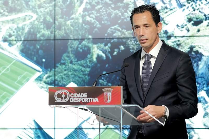 O presidente da Liga Portuguesa de Futebol Profissional, Pedro Proença, discursa no final da visita à Cidade Desportiva de Braga