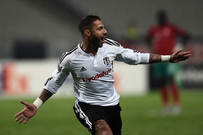 Ricardo Quaresma celebra um golo frente ao Lokomotiv Moscovo