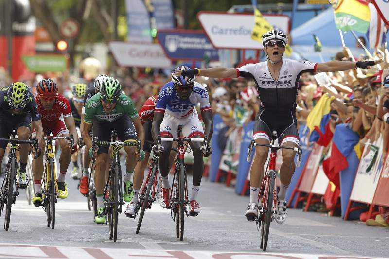 O belga Jesper Stuyven celebra a vitória na oitava etapa da Volta a Espanha em bicicleta.
