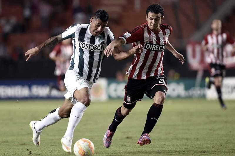 Jefferson Duque (E) disputa a bola com Leonardo Jara (D)