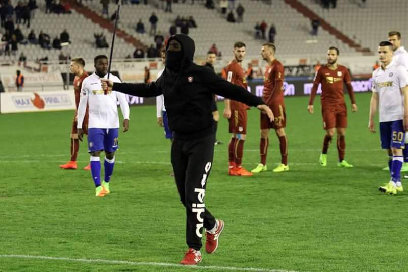 Croácia: Adepto entra em campo e tenta agredir árbitro com barra de ferro