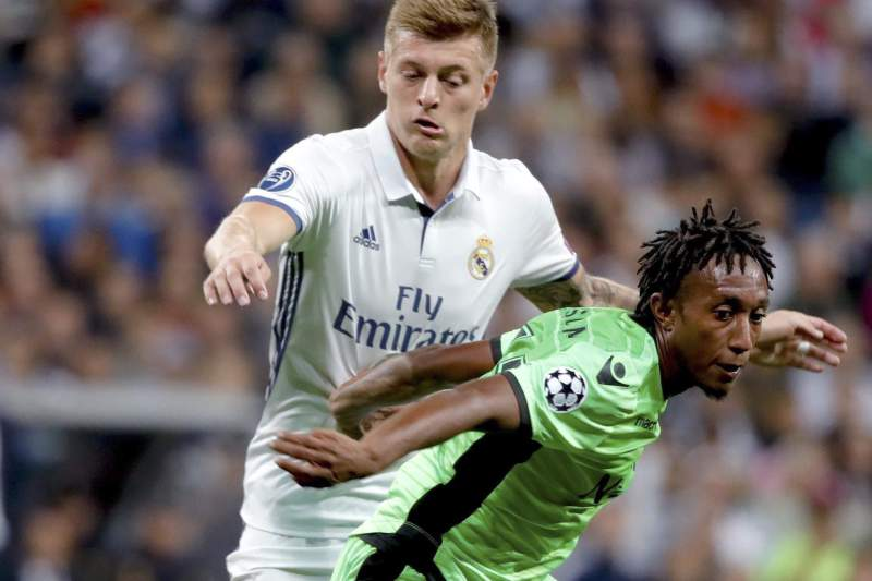 Gelson Martins disputa uma bola com Toni Kroos