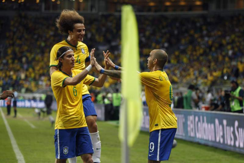 Tardelli celebra golo com Filipe Luis e David Lui