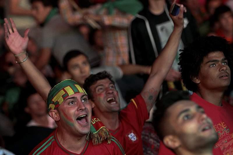 Adeptos portugueses comemoram golo