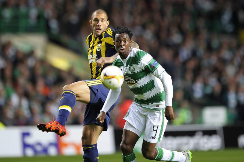 Fernandão disputa uma bola com Efe Ambrose no jogo entre Celtic e Fenerbahçe da Liga Europa