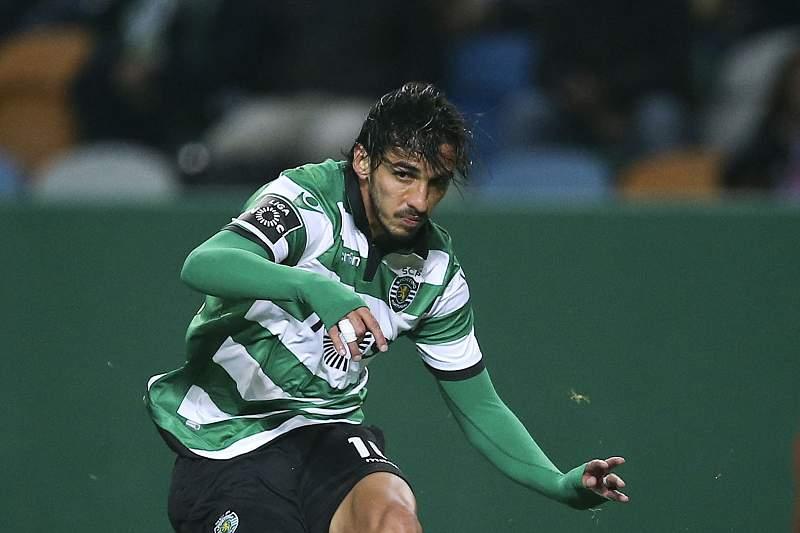 Bryan Ruiz em ação contra Jubal Júnior no jogo entre Sporting e Arouca