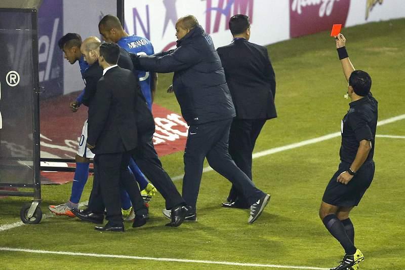 O árbitro Enrique Osses dá ordem de expulsão a Neymar no final do jogo entre Brasil e Colômbia na Copa América 2015