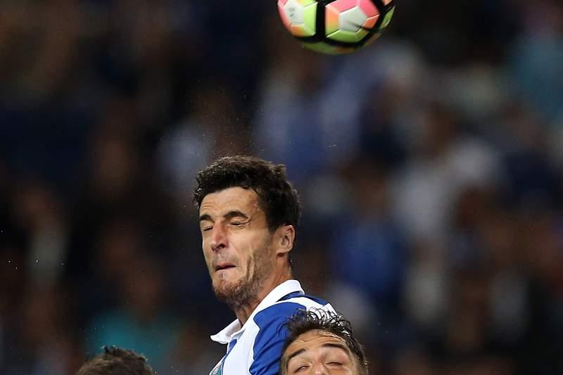 Marcano salta mais alto do que os jogadores do Vitória