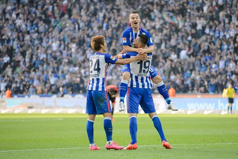 Jogadores do Hertha Berlim celebram golo
