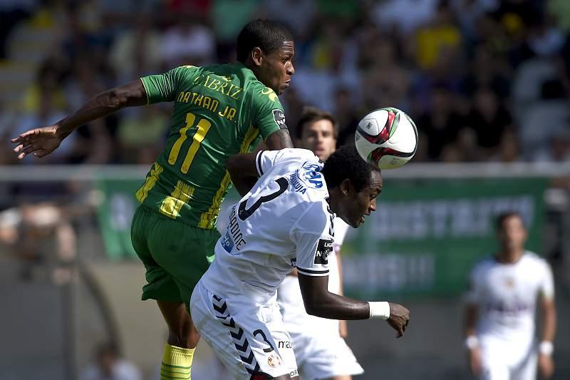 Nathan Jr. disputa a bola com Zainadine do Nacional da Madeira