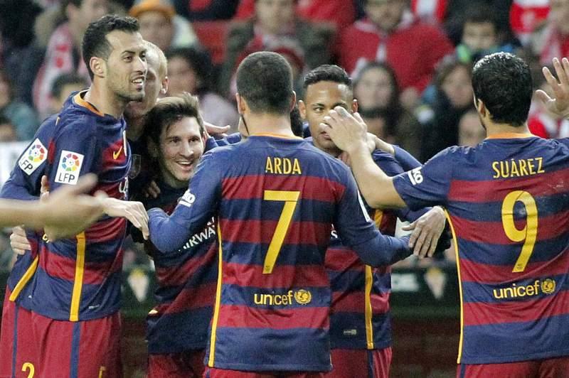 Jogadores do Barcelona celebram um golo de Messi frente ao Sporting Gijón