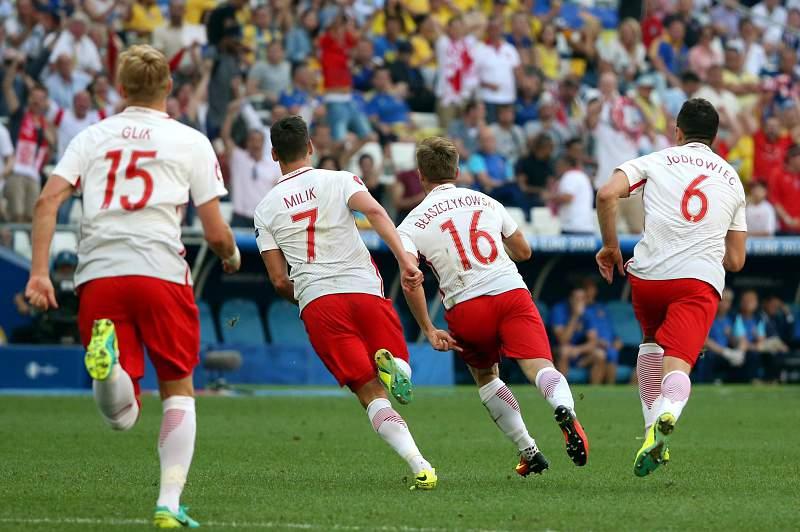 Jogadores polacos celebram a vitória sobre a Ucrânia