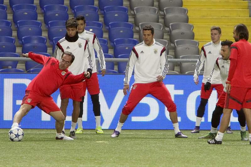 Jogadores do Benfica durante o treino de adaptação ao relvado sintético de Astana