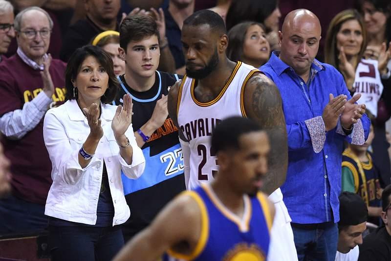 LeBron James sai do campo a poucos segundos da consagração dos Cleveland Cavaliers