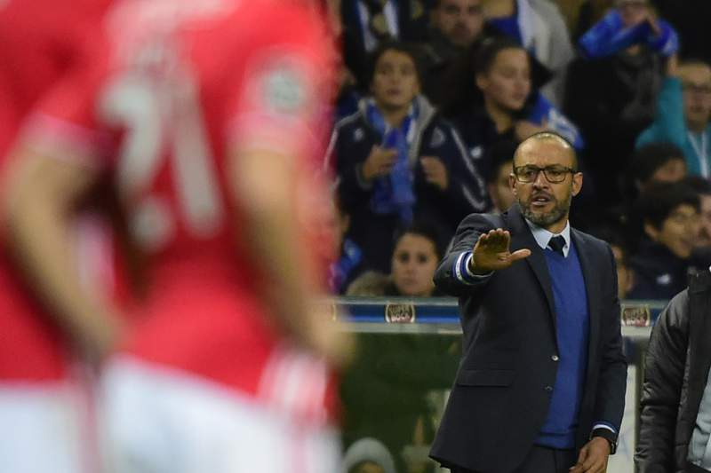 Nuno Espírito Santo dá indicações durante o 'clássico' entre FC Porto e Benfica no Dragão