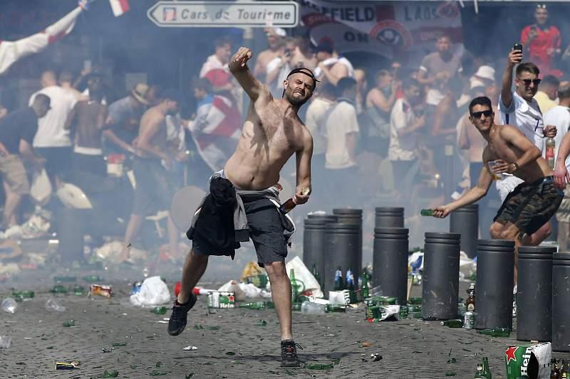 Adeptos ingleses causam pânico em Marselha