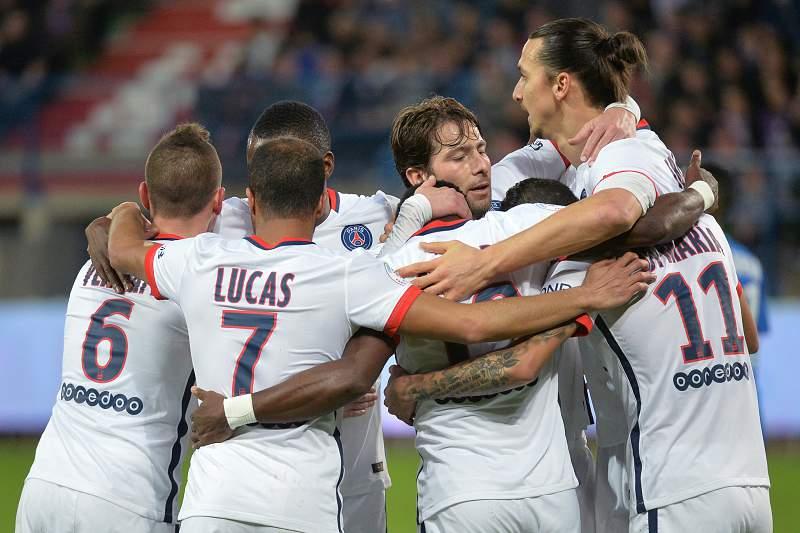 Jogadores do Paris Saint-Germain celebram com Di María um golo frente ao Caen