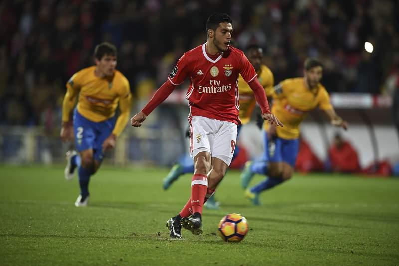 Raul Jiménez marca o golo da vitória do Benfica frente ao Estoril-Praia