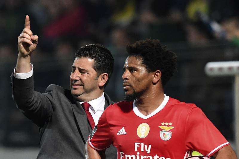 Rui Vitória dá indicações durante o jogo com o Paços de Ferreira ao lado de Eliseu