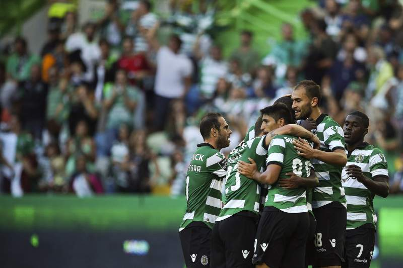 Jogadores do Sporting celebram com Gelson Martins o primeiro golo frente ao Moreirense