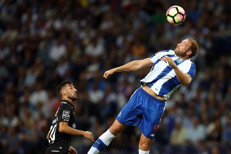 Depoitre (D) disputa a bola com João Aurélio