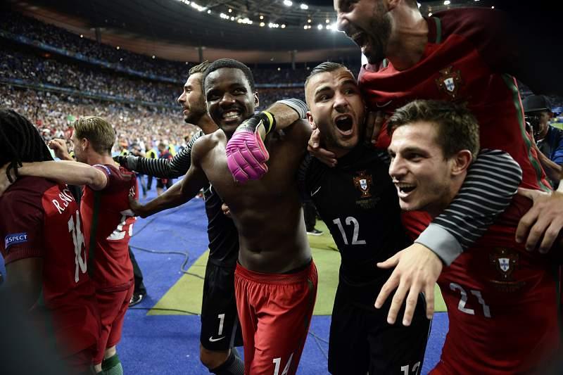 Jogadores portugueses celebram a histórica conquista em Paris