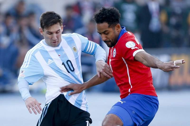 Beausejour (D) disputa a bola com Messi na Copa América