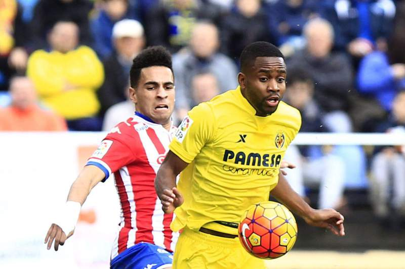 Omar Mascarell (atrás) disputa a bola com com Cedric Bakambu