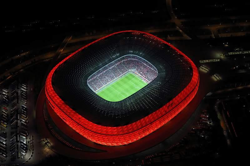 Vista aérea do Allianz Arena durante um jogo à noite