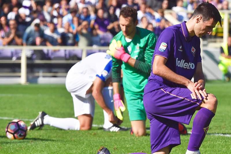 Nikola Kalinic da Fiorentina reage após falhar um golo perante Etrit Berisha