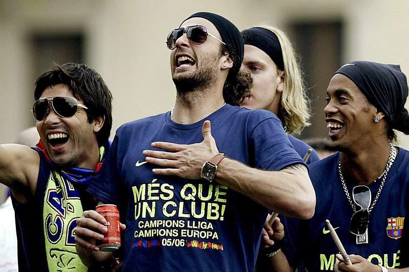 Deco, Thiago Motta, Maxi López e Ronaldinho celebram um título do Barcelona em 2006
